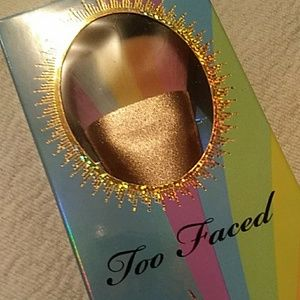 Too Faced Makeup - 🌈Too Faced Rainbow Highlight Brush